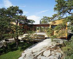 EN PLASS I SOLEN: Arkitekt Marianne Borge tegnet hytta med blant annet en uteplasss som skjermes av to bygningsvolumer.