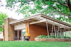 35 Popular Mid Century Modern House Exterior Design Ideas - Mid Century Homes is one of the best examples of architecture which works towards bringing nature close to the home owner. Their spacious design and l. Mid Century Modern Design, Modern House Design, Mid Century Modern Houses, Modern Exterior, Exterior Design, Interior Modern, Exterior Tradicional, Mid Century Exterior, Mid Century House