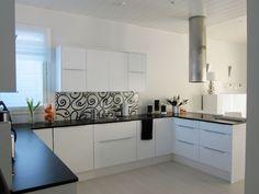 Musta-valkoinen keittiö, matta laminaattitaso