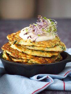 Maak met deze hartige courgette pannenkoekjes een feest van je maaltijd! Past helemaal binnen eenkoolhydraatarm en/of glutenvrij dieet, maar daarbuiten zijn ze ook gewoon...