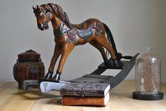 Petit cheval à bascule en bois décoratif
