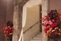 エントランス~階段装花 銀行倶楽部様へ 秋のダリアの装花 : 一会 ウエディングの花