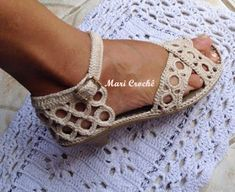 Mari Crochê: Sandália de Saltinho Mari Crochê Crochet Sandals, Crochet Baby Shoes, Crochet Slippers, Knit Crochet, Crochet Flip Flops, Magic Symbols, Baby Shoe Sizes, Slipper Socks, Handmade Crafts
