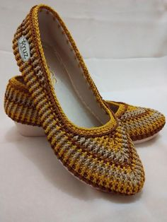 This tutorial resembles one of the most precise instructions on how to crochet one of the most beautiful and comfortable slippers that you can get onl Crochet Cozy, Crochet Slippers, Crochet Crafts, Crochet Projects, Diy Crafts, Crochet Slipper Pattern, Crochet Patterns, Crochet Sandals, Knit Shoes
