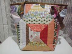 Bolsa confeccionada com faixas de várias cores e tamanhos. Forro em tecido liso com bolso interno. 100% algodão. R$ 39,00