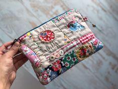 #피드색 #feedsack #vintagebuttons 심심할 때 하나씩 해본 누덕조각들.. 모아서 만들었더니 웃기게 생긴 고장난 깡통로봇같다. 쓰던 펜들이 다 안나와서 펜이랑 자없이 만드는..놀이🌵🍄 Fabric Handbags, Fabric Bags, Fabric Scraps, Small Sewing Projects, Pouch Pattern, Handbag Patterns, Handmade Purses, Fabric Gifts, Craft Bags