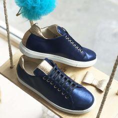 Basket scratch en velours bleu marine et paillettes or Baskets, Bleu Marine, Front Row, Or, Louis Vuitton, Sneakers, Shoes, Fashion, Custom Shoes