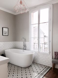 Private tour at the gates of Paris, at Audrey and Simon& home - Billie Blanket Bathroom Inspiration, Interior Design Inspiration, Cosy Bathroom, Paris Home, Apartment Projects, Flat Ideas, Traditional Bathroom, Home Reno, Clawfoot Bathtub