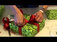 Færdig på 13 sekunder: Her er det uhørt enkle trick til at pakke julegaver ind