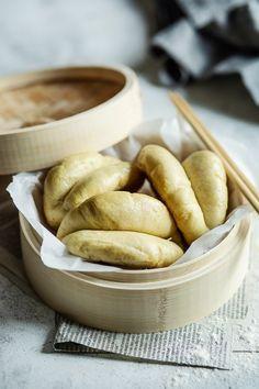 Les bao buns sont des petits pains briochés d'origine asiatique cuits à la vapeur. Faciles à faire, on peut ensuite les garnir de ce qu'on veut ! Bao Buns, Bread, Biscuits, Map, Vegan, Table, Inspiration, Pie Cake, Brioche Bread