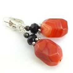 Kolczyki z czerwonym agatem sardonyks- fasetowanymi bryłkami.