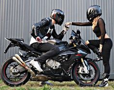 💋🚴♀Adventure girl looking for a motorcycling adventure? Motorcycle Couple Pictures, Bike Couple, Biker Chick, Biker Girl, Bajaj Motos, Pre Weding, Motorcycle Wedding, Bike Photoshoot, Biker Love