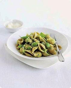 Conchiglie con pesto di broccoletti e basilico   Ingredienti: per 4 persone  280 g di conchiglie integrali 400 g di broccoletti 50 g di pecorino grattugiato 40 g di basilico 20 g di nocciole sgusciate olio extravergine di oliva sale      I Broccoletti (cavolo broccolo) sono una varietà di ortaggi derivanti dai cavoli. Si presentano con un'infiorescenza verde e foglie verde scuro, piccole e strette e lunghe. In cucina sono versatili, possono essere usati per preparare pizze