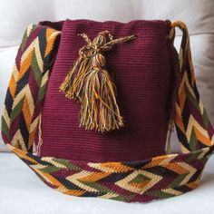 WAYUU bolso oferta 114 Mexican Embroidery, Art Bag, Crochet Handbags, Tapestry Crochet, Knit Or Crochet, Knitted Bags, Crochet Accessories, Handmade Bags, Yarn Crafts