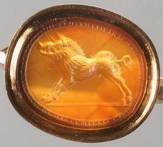 Gemme: Eber. Römisch, Republikanisch 1. Hälfte 1. Jh. v. Chr. Sard, hellbraun, durchscheinend. In moderner Goldfassung als Ring.