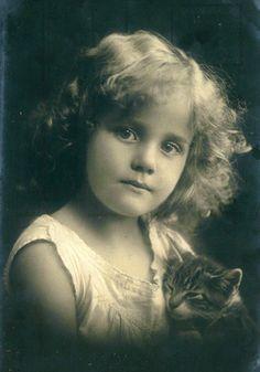 Vintage Rose Album, Mädchen mit Katze
