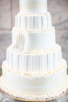 White and yellow wedding cake: http://www.stylemepretty.com/nebraska-weddings/2014/11/03/elegant-sculpture-garden-wedding/ | Photography: Dana Damewood - http://danadamewood.com/