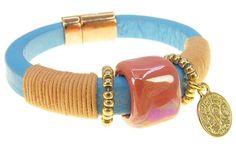 Armband Miss. Bohemian | Get the Bohemian look! Een hemelsblauwe leren armband met een parelmoer perzikkleurige keramiek kraal in het midden. Ook is de armband voorzien van goudkleurige rocailles met aan de ene kant een muntje en afgewerkt met licht oranje waxkoord. De armband heeft een magneetsluiting en is daardoor makkelijk om te doen. #soseriously #bracelet #armband #rendezvousofstyle