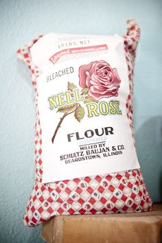 young mom Wish this was mine ! When my sister and I were young mom made our dresses out of the fabric from these feed-sacks. Sewing Crafts, Sewing Projects, Fun Projects, Pie Shop, Down On The Farm, Feed Sacks, Vintage Fabrics, Vintage Linen, Vintage Ads