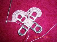 Estoy muy contenta porque recibi varios correos pidiendome realizar un paso a paso de las bolsos que tejo con las chapitas de las latas, asi... Soda Tab Crafts, Can Tab Crafts, Bottle Cap Crafts, Crochet Handbags, Crochet Purses, Bead Loom Patterns, Crochet Patterns, Pop Top Crochet, Pop Can Art