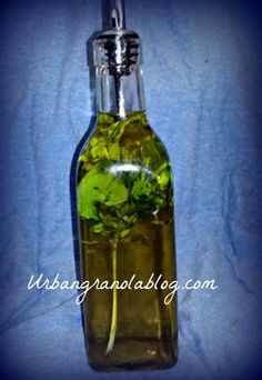How to make herb infused oils Flavored Oils, Infused Oils, Diy Lotion, Jar Gifts, Lotions, Holiday Ideas, Sauces, Herbs, Foods