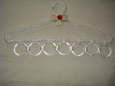 Cabide para lenços cintos e colares.