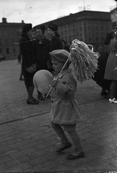 Poika juhlimassa vappua Kauppatorilla 1943.  Kuvaaja: Turun Sanomat Turun museokeskuksen valokuva-arkisto TS13172