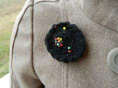 brož_universe Černá háčkovaná (100% akryl) brož doplněná aplikací z barevných korálků. Ze zadní strany spínací špendlík. Krásný doplněk na kabát, triko, světřík...dle fantazie :) Rozměry: 5 x 5 cm