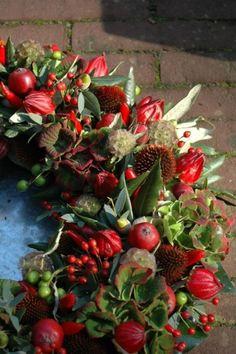 unglaublich Beautiful wreath of reds - Dekoration Site / 2019 Wreaths And Garlands, Autumn Wreaths, Holiday Wreaths, Door Wreaths, Christmas Flowers, Noel Christmas, Fall Flowers, Christmas Arrangements, Flower Arrangements