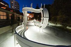 Instalación diseñada por el artista danés Jeppe Hein. Esta obra nos muestra bancos de parques muy poco convencionales.