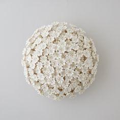 Ceramic-Art-Floral-Masterpieces-by-the-Artisan-Vanessa-Hogge-Daisy-Wall-Flower C. Plaster Sculpture, Sculptures Céramiques, Tree Sculpture, Sculpture Ideas, Cold Porcelain, Porcelain Ceramics, Ceramic Pottery, Slab Pottery, Ceramic Flowers