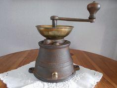 Rare, antike Kaffeemühle aus Gusseisen, original Zustand.
