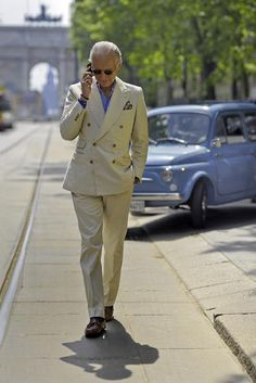 Off-white Cotton double-breasted Suit + Fiat 500 Giardiniera = Italian Sprezzatura Gentleman Mode, Gentleman Style, Dapper Gentleman, Gatsby Men Outfit, Costume Beige, Costume En Lin, Older Mens Fashion, Men's Fashion, Fashion Styles