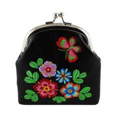 """Die kleine Geldbörse """"Garden"""" in Schwarz ist dein smarter Begleiter durch den Tag. Vom kanadischen Label Lavishy clever und wunderschön designed fällt es durch seine schönen Stickereien auf."""
