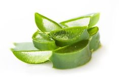 Did you know that you can lighten skin naturally using aloe vera gel? There are very many benefits of using aloe vera. Here's how to use aloe vera for skin lightening at home, and getting rid of dark spots. Aloe Vera Gel, Aloe Vera For Skin, Flaky Scalp, Dry Scalp, Psoriasis Scalp, Itchy Scalp, Beauty Hacks For Teens, Eye Gel, Belleza Natural