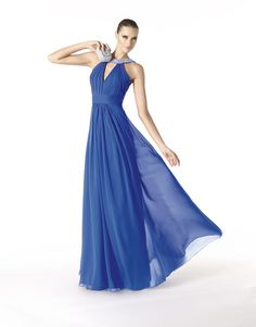 Divas,in this post you can take a look at 30 amazing cocktail dresses by Pronovias for collection is perfect for spring because of the intense colors. Evening Dress Long, Chiffon Evening Dresses, Evening Gowns, Beauty And Fashion, Trend Fashion, Bleu Pantone, Bridesmaid Dresses, Prom Dresses, Formal Dresses