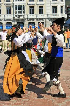OVIEDO, Plaza de la Escandalera, Baile Regional (15/08/2013) | Flickr - Photo Sharing! Baile Jazz, Spain Culture, Folk Dance, Folk Costume, Traditional Dresses, First World, Dress Up, Beautiful, Asturian
