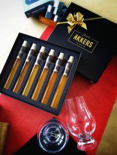 Set de cata con copa Glencairn y piedras para enfriar de Finlandia.   Colección única de 6 Whiskies de malta en elegante caja negra con protector de terciopelo y lista de contenido.  Haga que descubra su whisky favorito y que aprenda a distinguir las diferencias entre ellos, disfrutando mientras se convierte en un experto.  GLENFARCLAS 12 AÑOS · ISLAY STORM · GLENMORANGIE ORIGINAL 10 AÑOS · BENROMACH 10 AÑOS · LAPHROAIG 10 AÑOS · COMPASS BOX THE SPICE TREE Whisky, Malta, Alcoholic Drinks, Stone, Glass, Vintage, Men, Shopping, To Tell