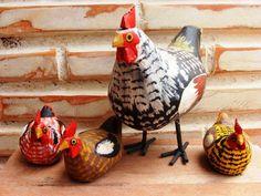 A família de galinha carijó é formada por uma galinha maior de aproximadamente 15 cm e 03 galinhas pequenas. R$ 28,00