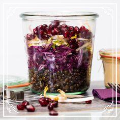 Beluga Linsen auf Rotkraut mit Granatapfel Food To Go, Good Food, Ayurveda, Red Cabbage, Kraut, Lunches And Dinners, No Bake Cake, Bon Appetit, Food Inspiration