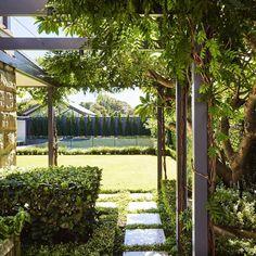 """567 curtidas, 7 comentários - @thinkoutsidegardens no Instagram: """"Pergola and kitchen garden in Haberfield. Sydney. #landscapearchitecture #landscapedesign…"""""""