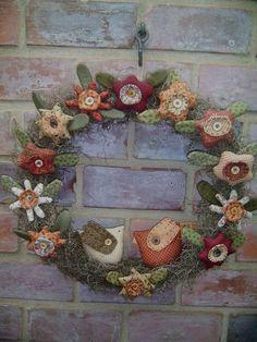 With Spring colors, this would be a cute Spring wreath Felt Wreath, Fabric Wreath, Diy Wreath, Felt Crafts, Fabric Crafts, Diy And Crafts, Wreaths And Garlands, Door Wreaths, Christmas Wreaths