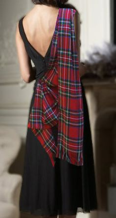 Red tartan plaid scarf shawl draped across one shoulder on long black elegant evening gown. Poetic ode to Alexander McQueen. Tartan Sash, Tartan Dress, Tartan Wedding Dress, Scottish Clans, Scottish Tartans, Mode Boho, Mode Chic, Tartan Fashion, Look Fashion