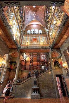 Palau Güell. Antoni Gaudí. 10.00 am to 5.30 pm (ticket window closes at 4.30 pm). Closed: Mondays.