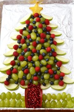 Most up-to-date Pics Edible Christmas Tree! Super cute holiday appetizer Ideas The most effective overnight holiday getaway in the Pacific Northwest is The Lights of Xmas in Stan Christmas Party Food, Xmas Food, Christmas Brunch, Christmas Breakfast, Christmas Cooking, Christmas Fun, Christmas Appetizers, Christmas Desserts, Holiday Treats