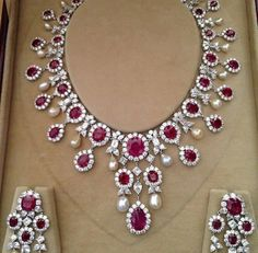 Sparkling set with gems for an Indian bride #Indianwedding, #ShaadiShop