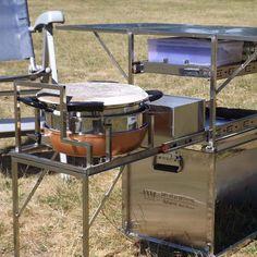 Kochen für unterwegs mit der Kochbox von DTBD Outdoor // Wo ist der Gaskocher? Wo die Teller und das Besteck? Warum ist der Tisch so sperrig? Alles Fragen die sich Offroad-Reisende häufiger stellen. Auch Roland van der Waard von Dare to be different Outdoor (DTBD Outdoor) stellte sich diese Fragen immer wieder. Bis es ihm keine Ruhe mehr ließ und er eine Kochbox mit integriertem Tisch entwickelte. #outodoorcooking  #kochbox #küchenkiste #draussenkochen http://ift.tt/2s30qw3