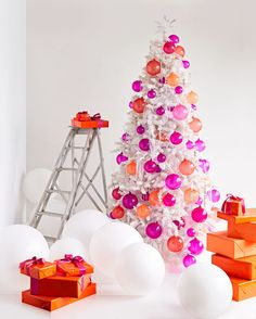 white christmas tree decorated with orange and pink handblown glass balls 24 Árvores de Natal Decoradas Martha Stewart White Flocked Christmas Tree, Scandinavian Christmas Trees, Creative Christmas Trees, Christmas Card Crafts, Wooden Christmas Trees, Colorful Christmas Tree, Christmas Tree Themes, Flocked Trees, Christmas Time