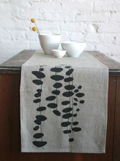 17 Ideas Diy Table Runner Fabric Inspiration For 2019 Fabric Painting, Fabric Art, Fabric Design, Stencil On Fabric, Fabric Stamping, Table Runner Pattern, Ideias Diy, Diy Table, Textile Prints