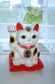 El Maneki Neko es un gatito que tiene una de sus patas levantada a la altura de la oreja haciendo un gesto de llamada. 招き(maneki): del…